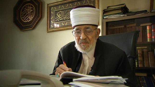 Mufti Meco Cemali am Schreibtisch