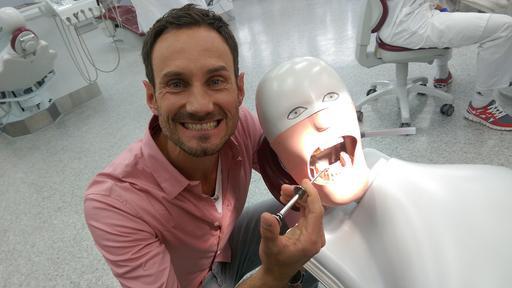 Fero Andersen nimmt die Verkaufsstrategien von Zahnärzten unter die Lupe.