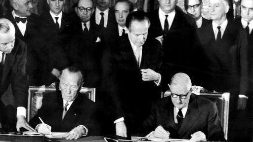 Der französische Staatspräsident Charles de Gaulle (r.) und der deutsche Bundeskanzler Konrad Adenauer (Bild: dpa)