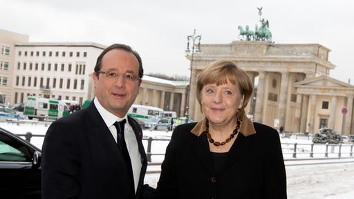 Bundeskanzlerin Angela Merkel wird vor der französischen Botschaft am Brandenburger Tor in Berlin von Frankreichs Staatspräsident Francois Hollande begrüßt (Bild: dpa)