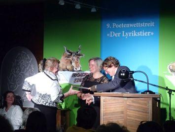 Reinhard Giebelhausen nimmt den Jurypreis (3. Platz) entgegen. Foto: DAS GEDICHT