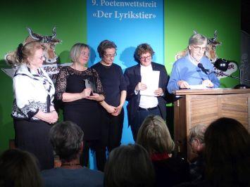 Verleihung der Jurypreise mit Renate Schön, Nadeshda Müller und Juror Erich Jooß. Foto: DAS GEDICHT