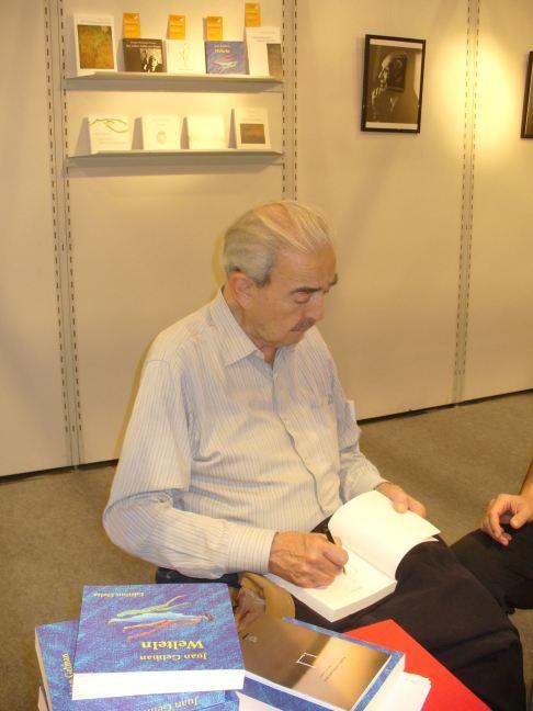 Buchsignierstunde mit Juan Gelman auf der Frankfurter Buchmesse 2010. Foto: Delta-Archiv, Stuttgart