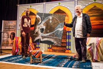 Übergabe der soeben gemalten Kalligraphie. Laudatio von Carlos Aguasaco auf den Dichter Juan Manuel Roca. Foto: Rufino Haag