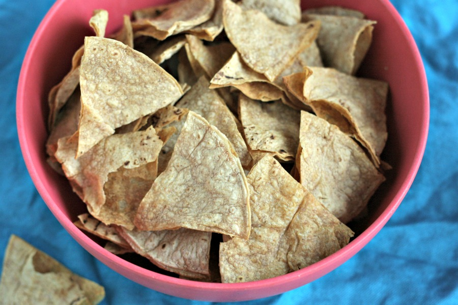Save TONS of calories by baking up your own corn chips. You can get 16 for only 100 calories! via @DashOfEvans