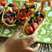 Quick and easy (plus kid approved!) snack. Mini taco cups are brushed with a coconut oil/cinnamon sugar mix and baked until crispy. Fill with your favorite yogurt and a quick fruit salsa. YUM! via @DashOfEvans