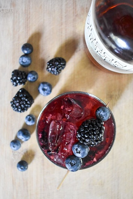 The Bubbly Bourbon & Berries cocktail is great for whiskey lovers and newbies alike! Make this easy, 4-ingredient cocktail with champagne, Bourbon whiskey, fresh berries, and sugar. Recipe by Dash of Jazz #dashofjazzblog #bourboncocktailrecipes #bourbonrecipes #blueberryrecipes #blackberryrecipes