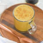 spiced honey mud\wtr latte in glass mug on wooden plate