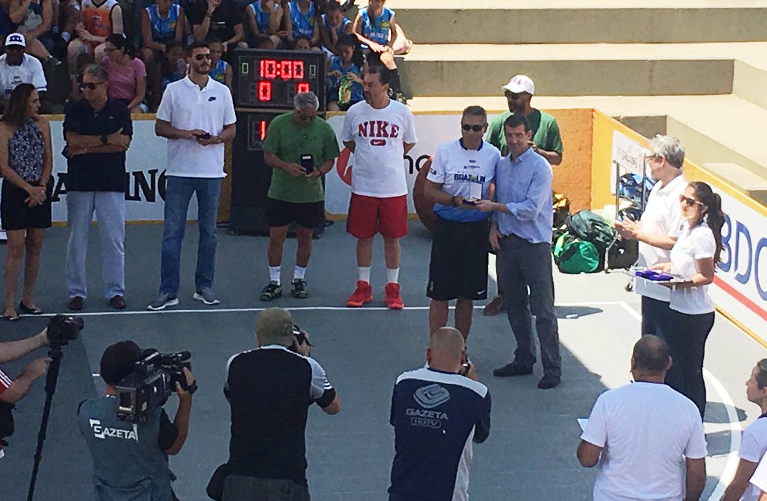 Malfi recebendo a medalha / Foto: Kiko Ross/ASE