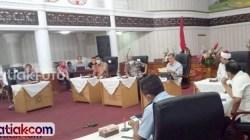 Wagub Sumbar Nasrul Abit bersama Forkopimpa, tokoh masyarakat, dan ulama Sumbar saat telekonferensi dengan bupati/wali kota se-Sumbar, Minggu (29/3). Nasrul juga mengungkapkan bahwa perbatasan diperketat untuk mencegah mobilisasi perantau.