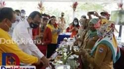 Bupati dan Wakil Bupati Kepulauan Mentawai ketika melihat berbagai makanan yang dibuat menggunakan sagu. Dalam Seminar Sagu, Bupati Mentawai mengungkapkan wacana pihaknya mengembangkan industri sagu. (Foto: Istimewa)