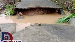 Banjir di Pessel yang membuat jembatan di Nagari Binjai Tapan, Kecamatan Ranah Ampek Hulu putus. (Foto: Istimewa)