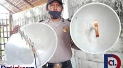 B ripka Ade Nofrianto memegang dua antena penangkap sinyal internet yang dibuatnya menggunakan kuali. (Foto: Sabarial/Datiak.com)