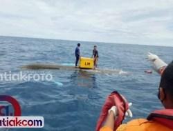 Perahu Nelayan di Tuapejat Terbalik Dihantam Ombak