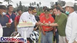 Bupati Padangpariaman Suhatri Bur saat menghadiri pembukaan Turnamen Kampung Bendang FC. (Foto: Humas)