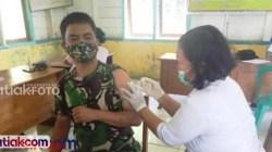 Babinsa Koramil 02/Muara Siberut, Serda Rudi saat divaksinasi. Ia mendukung suksesnya vaksinasi lansia di Mentawai.