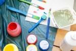 Farben und Pinsel zum Malen