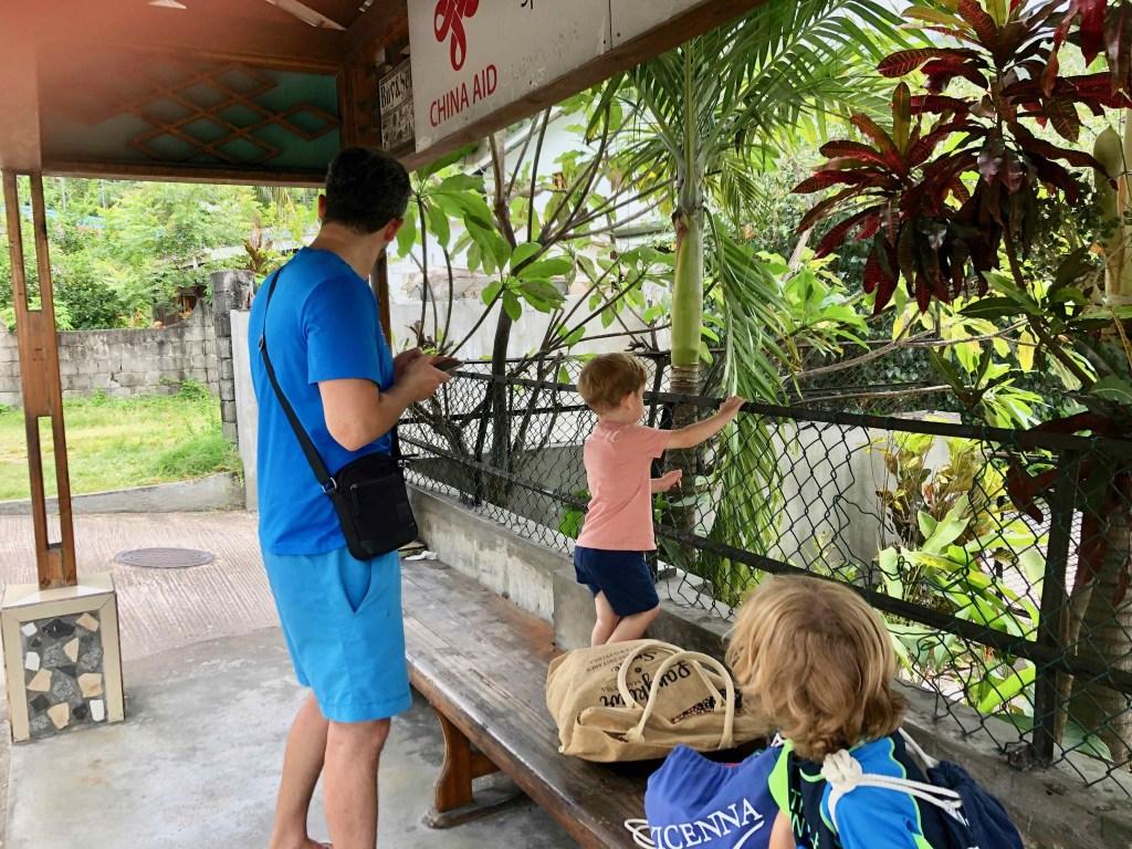Bushaltestelle Seychellen Erwachsener mit zwei Kindern