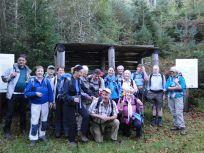 Gruppe vor einem alten Bergwerk