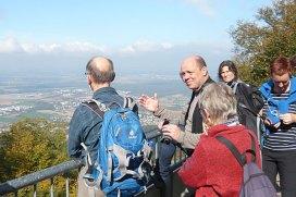 Eric Barnert (Mitte) erklärt die Geologie der Odenwald-Region