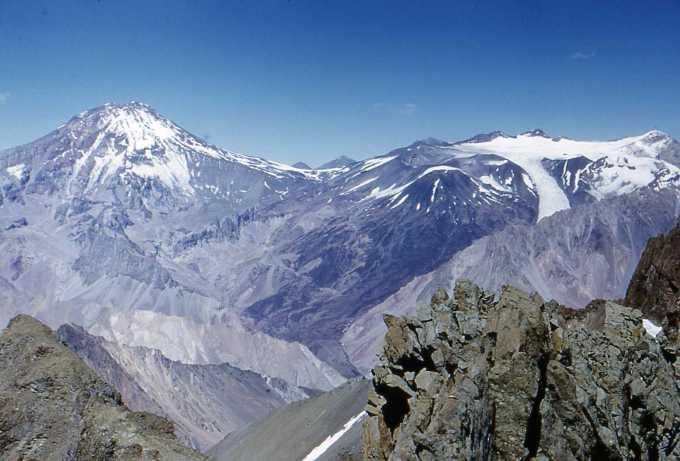 Vista desde el Tupungato hasta el Nevado sin Nombre desde el cerro Toscas