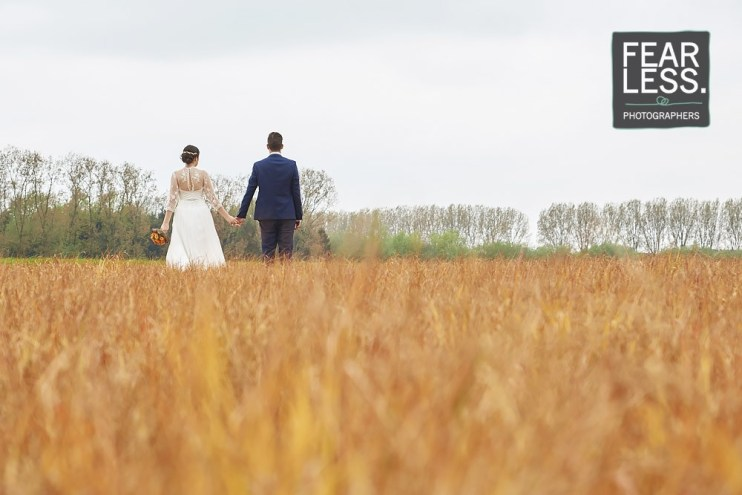 Trouwkoppel in korenveld