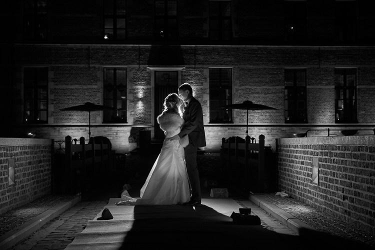 Bruidspaar in het donker