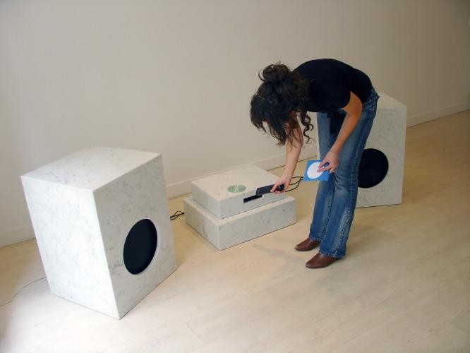 Easy Every Day / Davide Bertocchi. - 2006, Marbre blanc de Carrare, sound system professionnel, CD