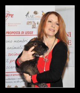 Michela Vittoria Brambilla con in braccio una nutria