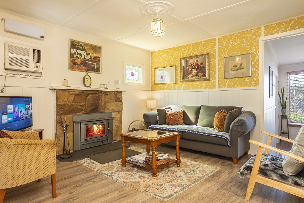 Lounge with air conditioning, wood-burning heater with plenty of firewood supplied and a smart TV with Netflix