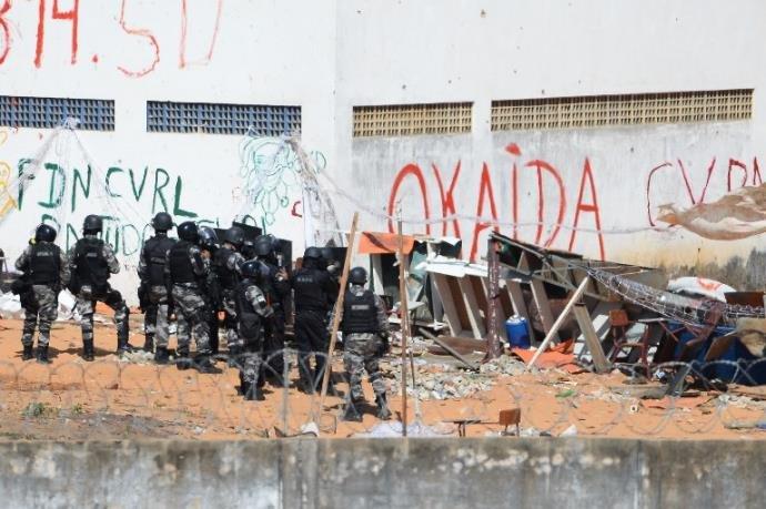 Detentos entram em confronto em presídio. polícia atira para conter rebelião.