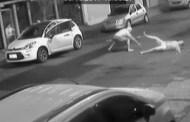 Imagens mostram desespero de avô para evitar que ladrão leve carro com neta de 3 anos dentro