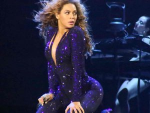 Fan slaps Beyonce On The Arse During Concert
