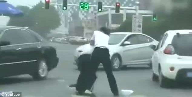 female traffic wardens Battle It Out In China (VIDEO)
