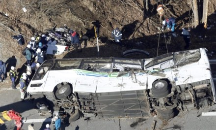 Japan tour bus crash leaves 14 dead (PHOTO)