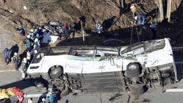 Japan tour bus crash leaves 14 dead (PHOTO)