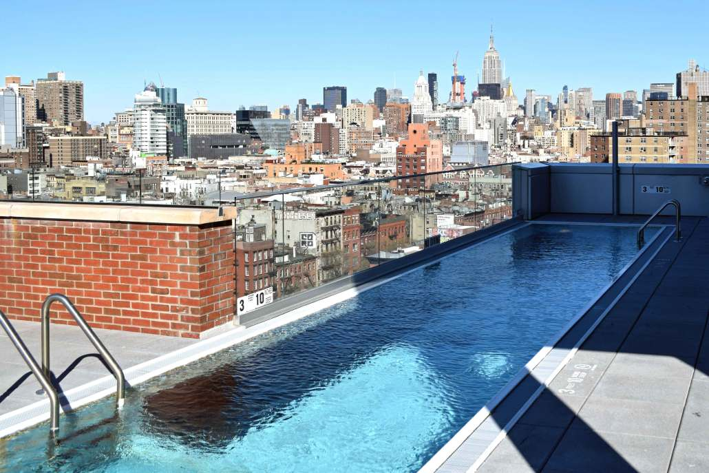 The rooftop pool of the Hotel Indigo