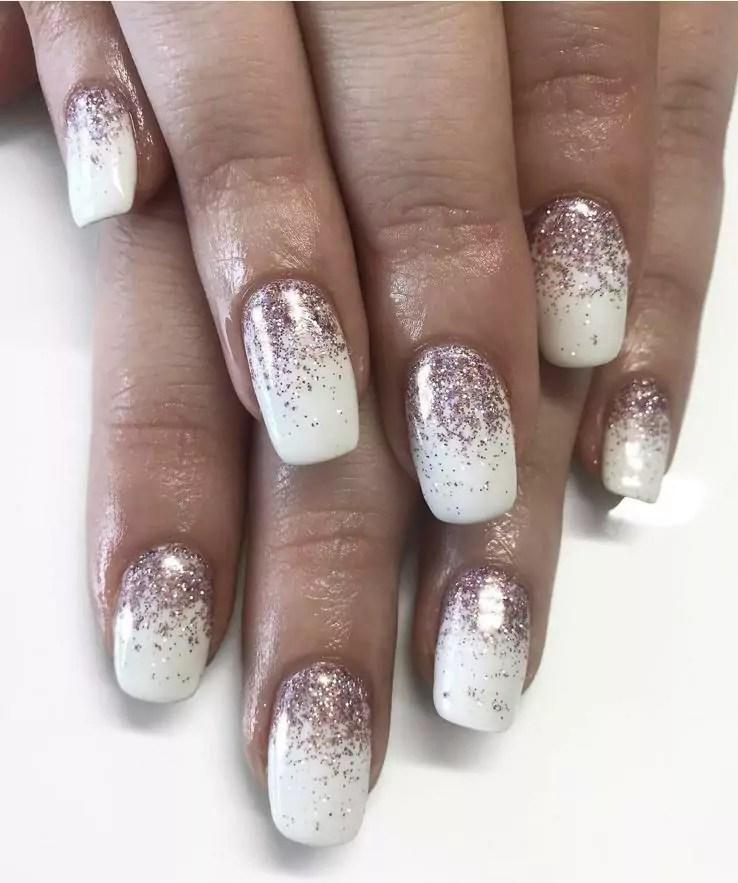 Unhas brancas com glitter dourado