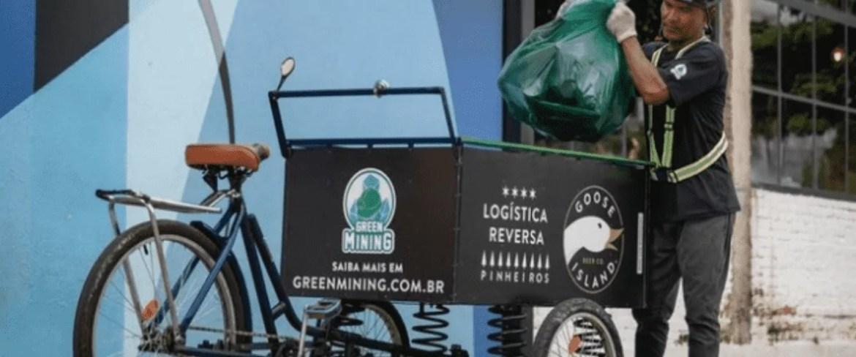 Bicicleta adaptada para a coleta de garrafas de vidro - marcas de cerveja artesanal