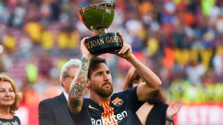 Imagem mostra Messi levantando a taça do Trefeú Joan Gamper