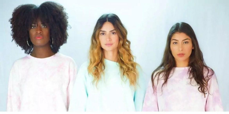 Thaila Ayala posada com duas amigas usando roupa tie-dye
