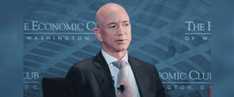 Jeff Bezos fala durante palestra