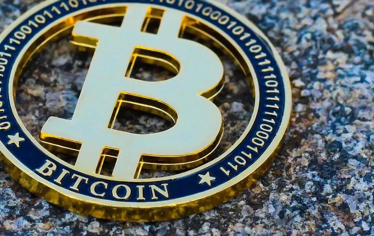 logotipo do bitcoin doiurado em formato de moeda