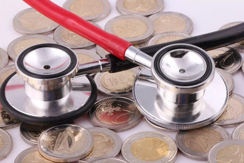 Estetoscópio sobre moedas