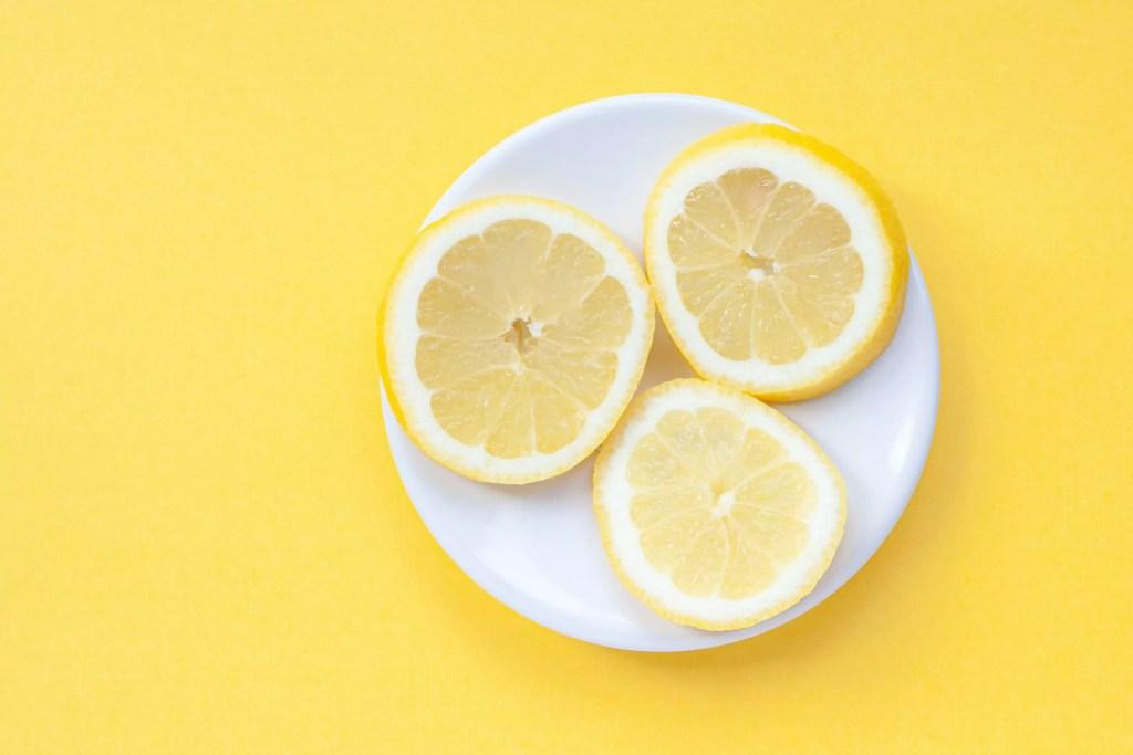 rodelas de limão em um pires branco