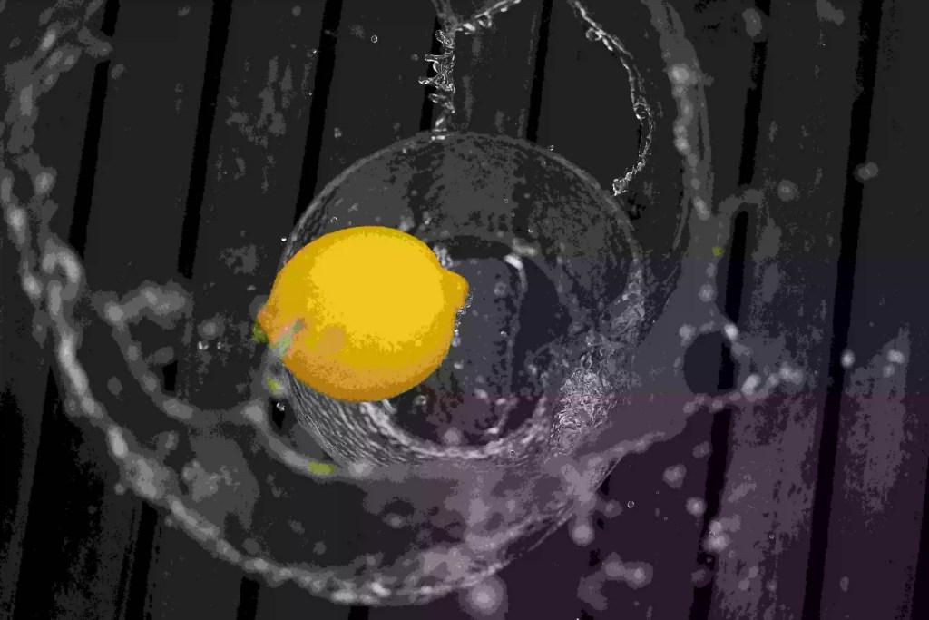 limão imerso em água