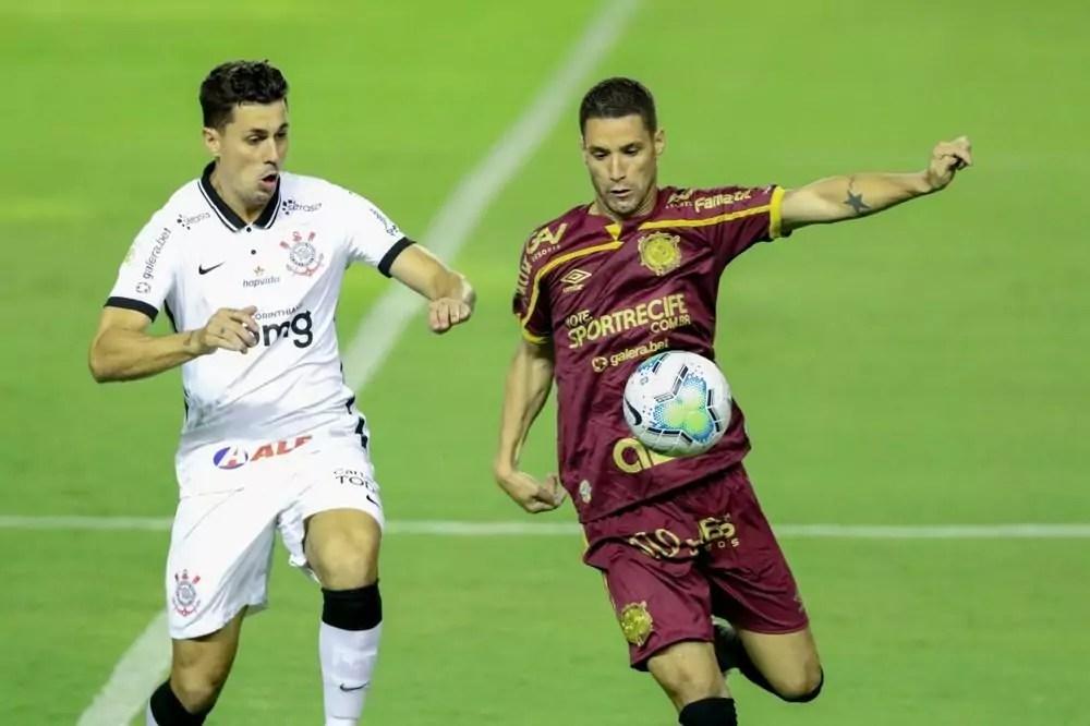 Danilo Avelar e Thiago Neves em disputa de bola entre Corinthians x Sport