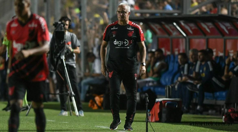 Dorival Júnior no banco sob comando do Athletico Paranaense