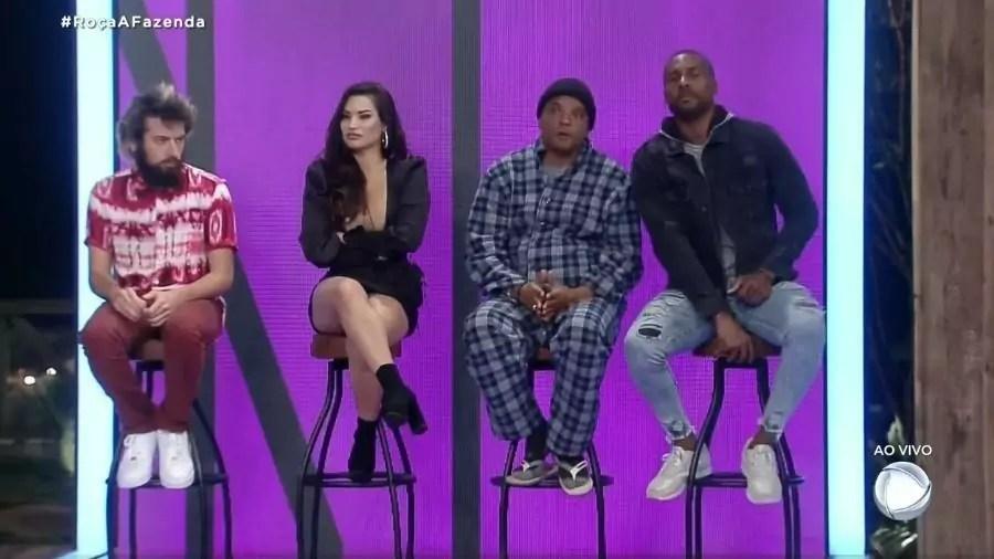 Cartoloco, Raissa, Fernandinho Beat Box e Rodrigo sentados nas cadeiras na formação da roça de
