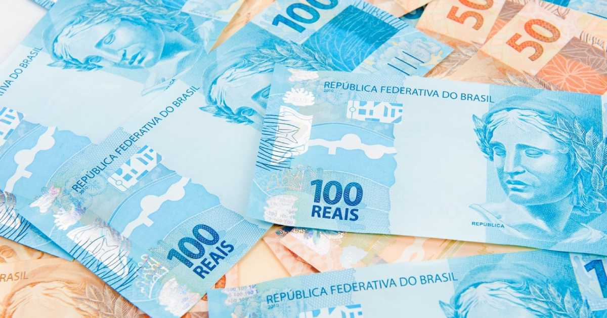 notas de R$ 100 e R$ 50 espalhadas